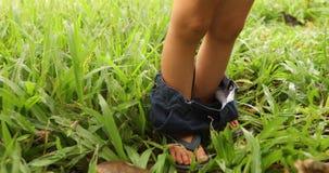 Niño de la cosecha con los pantalones abajo en hierba metrajes