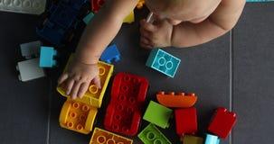 Niño de la cosecha que juega con los juguetes de la construcción almacen de video