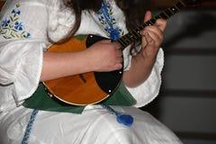 Niño de la diversión en la escuela de la música en un fondo blanco Imagen de archivo libre de regalías