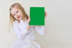 niño de la Escuela-edad con un libro Fotografía de archivo libre de regalías
