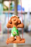 Niño de la estatua que sonríe en un oscilación Imágenes de archivo libres de regalías