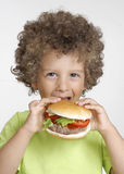 Niño de la hamburguesa. fotografía de archivo libre de regalías