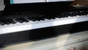 Niño de la lección de piano listo metrajes
