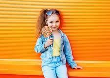 Niño de la moda - el niño elegante de la niña que lleva vaqueros viste Imagenes de archivo