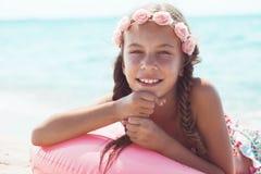 Niño de la moda en la playa Fotografía de archivo libre de regalías