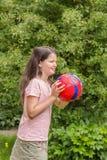 Niño de la muchacha con el balón de fútbol Foto de archivo