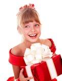 Niño de la muchacha en alineada roja con el rectángulo de regalo. Foto de archivo libre de regalías