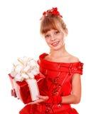 Niño de la muchacha en alineada roja con el rectángulo de regalo. Fotografía de archivo libre de regalías