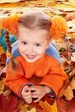 Niño de la muchacha en hojas anaranjadas del otoño. imagen de archivo libre de regalías