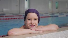 Ni?o de la muchacha en piscina El ni?o lleva una forma de vida sana y afilado sonrientes en deportes almacen de metraje de vídeo