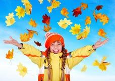Niño de la muchacha en sombrero anaranjado del otoño con outstretched Imagenes de archivo