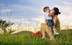 Niño de la mujer al aire libre Fotografía de archivo libre de regalías