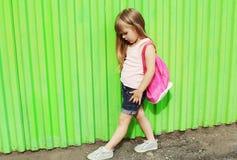 Niño de la niña con la mochila en perfil Imagen de archivo libre de regalías