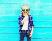 Niño de la niña del retrato con el palillo de la piruleta Imagen de archivo libre de regalías