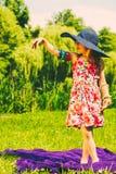 Niño de la niña en comida campestre Ocio del verano Fotos de archivo