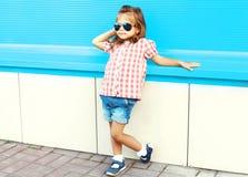 Niño de la niña de la moda que presenta en la ciudad Fotos de archivo libres de regalías