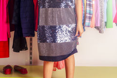 Niño de la niña que elige la ropa para llevar en guardarropa Piernas hermosas Concepto de la venta de la ropa de moda Imagen de archivo libre de regalías