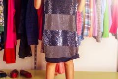 Niño de la niña que elige la ropa para llevar en guardarropa Piernas hermosas Concepto de la venta de la ropa de moda Foto de archivo