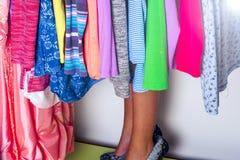 Niño de la niña que elige la ropa para llevar en guardarropa Piernas hermosas Concepto de la venta de la ropa de moda Imágenes de archivo libres de regalías
