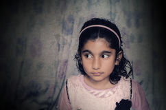 Niño de la niña que parece sideway Fotografía de archivo