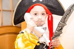 Niño de la niña vestido como pirata para Halloween Fotografía de archivo