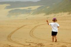 Niño de la playa imagenes de archivo