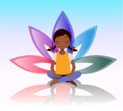 Niño de la yoga Actitud de Asana en fondo del loto Imagen de archivo