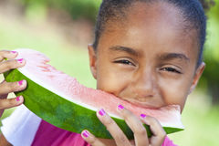 Niño de las muchachas del afroamericano que come el melón de agua Foto de archivo libre de regalías