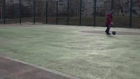Niño de los deportes Muchacha que juega a fútbol Bebé con la bola en campo de deportes metrajes