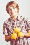 Niño de los limones fotos de archivo libres de regalías