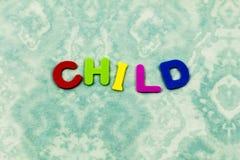 Niño de los niños de la palabra del niño aprender el plástico de las letras fotos de archivo