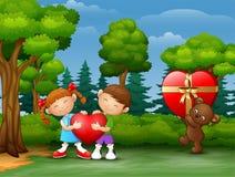 Niño de los pares de la historieta que lleva a cabo el corazón con el oso de peluche stock de ilustración