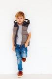 Niño de moda cerca de la pared Imagen de archivo