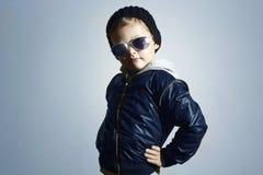 Niño de moda en gafas de sol Estilo del invierno Presentación del niño pequeño Moda de los niños Foto de archivo