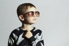 Niño de moda en gafas de sol Little Boy manera de los cabritos Fotos de archivo libres de regalías