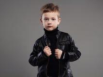 Niño de moda en la capa de cuero Niño pequeño elegante Imagen de archivo libre de regalías