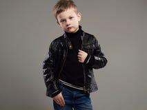 Niño de moda en la capa de cuero Niño pequeño elegante Foto de archivo
