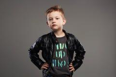 Niño de moda en la capa de cuero Niño pequeño elegante Imagen de archivo