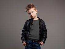 Niño de moda en la capa de cuero Niño pequeño elegante Fotos de archivo