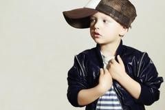 Niño de moda pequeño elegante Fashion Children Estilo del hip-hop aislante Imagen de archivo