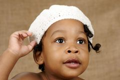 Niño de ojos brillantes con el sombrero Fotografía de archivo