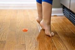 Niño de puntillas. Fotografía de archivo