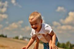 Niño de risa imagen de archivo