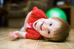 Niño de risa alegre de la muchacha Imagen de archivo