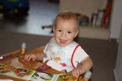 Niño de risa con un libro imágenes de archivo libres de regalías