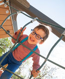 Niño de risa en el patio Fotos de archivo libres de regalías