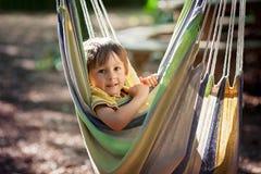 Niño de risa en hamaca Fotografía de archivo
