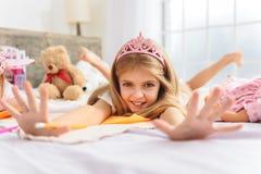 Niño de risa lindo que se divierte en dormitorio Fotos de archivo