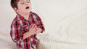 Niño de rogación, niño pequeño que dice rezo antes de irse a la cama, niño cristiano con los ojos cerrados que ruega almacen de metraje de vídeo