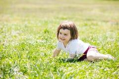Niño de tres años en el prado de la hierba Fotos de archivo libres de regalías